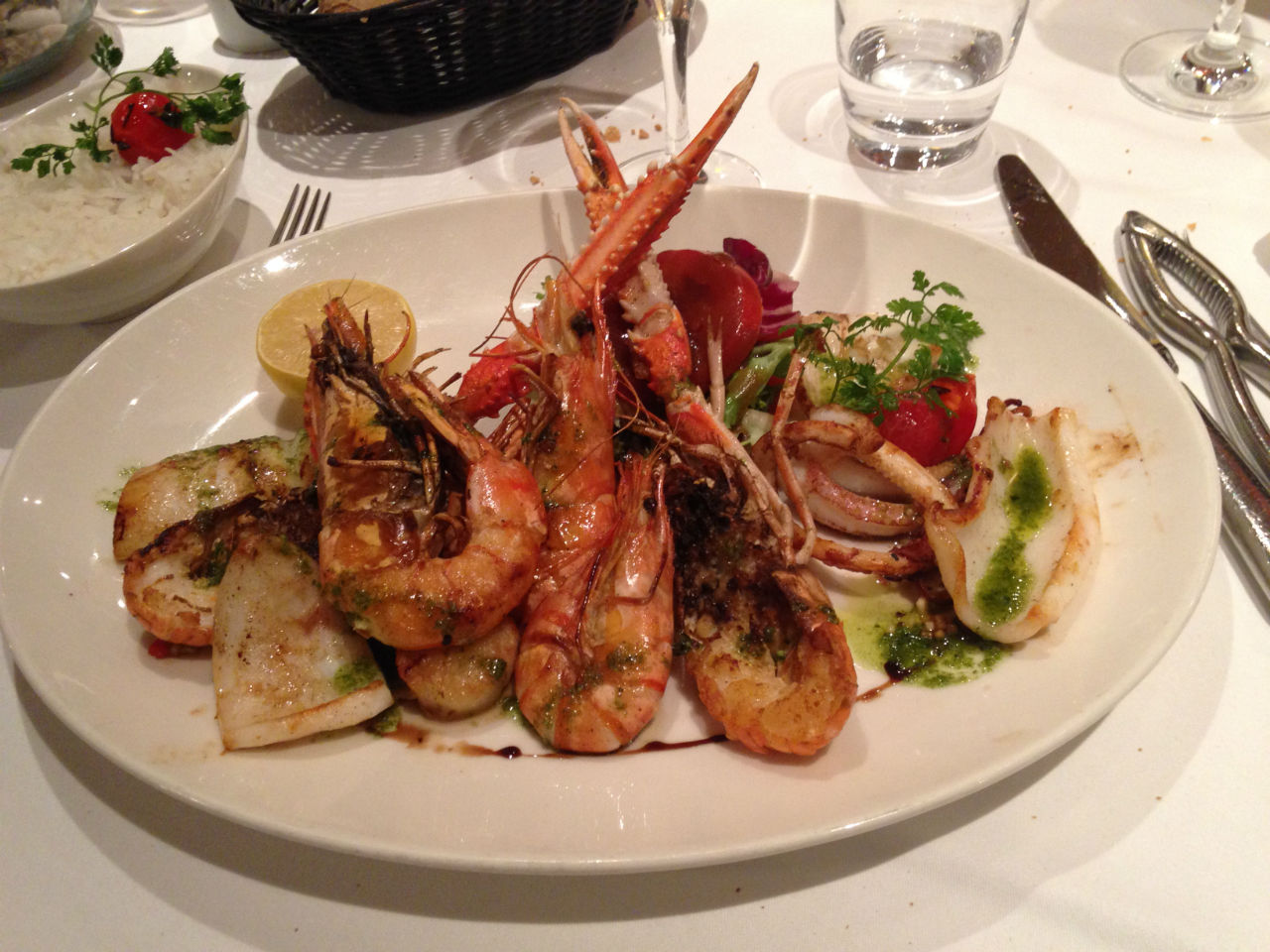 Assiette de fruits de mer : Calamars, langoustes, salade, tomates et citron !