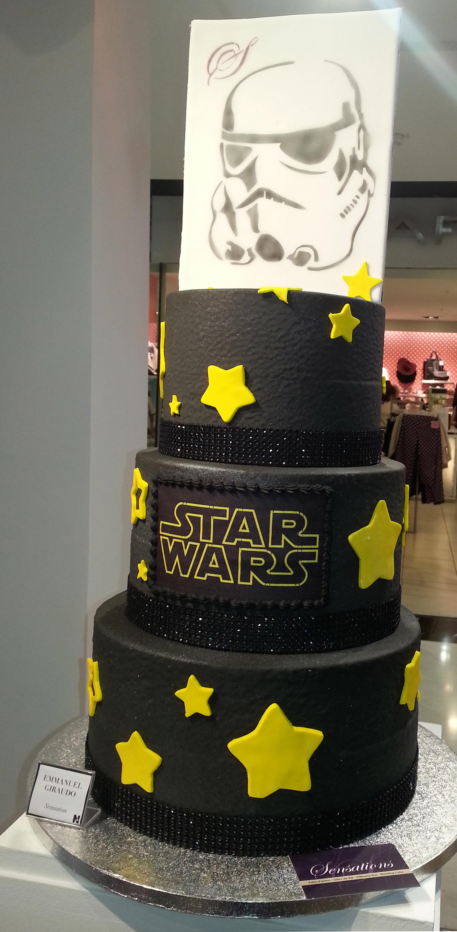 Tout fan de Star Wars serait le plus heureux devant ce gâteau d'anniversaire !
