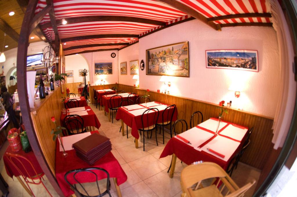 Venez-vous assoir dans un coin de la salle du restaurant Fjord.